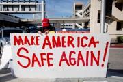 Samedi, à l'aéroport de Los Angeles, des partisans... (AFP, Kyle Grillot) - image 7.0