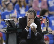 L'arbitre français Arnaud Gabas se tient le visage... (PHOTO PC) - image 2.0