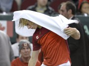 Le Canadien Denis Shapalov se couvre la tête... (La Presse canadienne, Justin Tang) - image 2.0