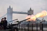 Des salves d'artillerie ont été tirées pour rendre... (PHOTO CHRIS J RATCLIFFE, AFP) - image 1.0