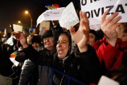 Une femme crie des slogans alors qu'elle participe... (Photo Darko Bandic, AP) - image 1.0
