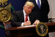 Donald Trump signant le décret controversé le 27... (REUTERS) - image 3.0