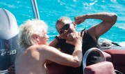 Richard Branson et Barack Obama sechamaillent amicalement dans... (AFP) - image 2.0