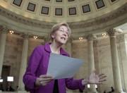 Elizabeth Warren tient dans ses mains le texte... (AP) - image 2.0