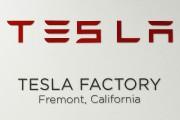 L'enseigne de Tesla Motors, à l'entrée de l'usine... (Bloomberg) - image 1.0
