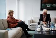La chancelière allemande Angela Merkel discute avec l'acteur... (Photo Sandra Steins, Sandra Steins) - image 2.0