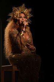Beyoncé était vêtue d'une robe dorée et brodée... (AFP) - image 3.0