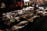 Les corps des victimes étaient couverts de bâches... (PHOTO TYRONE SIU, REUTERS) - image 1.0