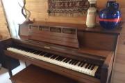 Isabelle a trouvé le piano de son chalet... (Photo fournie par Isabelle Clément) - image 2.0