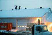 Des travailleurs s'affairaient à déneiger le toit de... (Olivier Croteau, Le Nouvelliste) - image 1.0