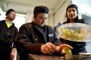 Les aides-cuisiniers sont également atteints de trisomie 21.... (AFP, Loïc Venance) - image 2.0