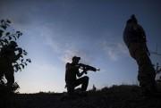 Un soldat ukrainien mène la garde à Orekhove,... (Archives AP, Evgeniy Maloletka) - image 2.0