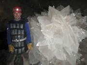 L'astrobiologiste Mario Corsalini pose à côté d'une rosette... (AP) - image 2.0