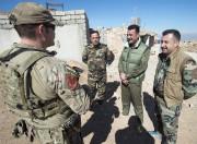 Un soldat canadien discute avec descombattants kurdes, dans... (PC) - image 2.0