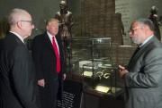 Profitant de sa première visite du musée de... (AFP, Saul Loeb) - image 3.0