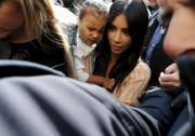Kim Kardashian et sa fille lors de sa... (AP) - image 3.0