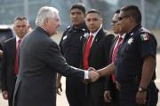 Le secrétaire d'État Rex Tillerson salut des policiers... (AP, Carlos Barria) - image 2.0