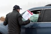 La délégation d'Unifor distribuait des tracts aux travailleurs... (Photo Le Quotidien, Rocket Lavoie) - image 2.0