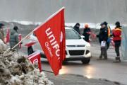 Unifor était en opération séduction, jeudi en fin... (Photo Le Quotidien, Rocket Lavoie) - image 2.1
