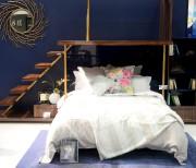 Ce bleu foncé très lustré d'allure européenne, marié... (Le Soleil, Erick Labbé) - image 4.0