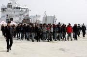 Un groupe de migrants débarque dans la ville... (REUTERS) - image 2.0