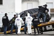 La voiture de SébastienTroadec est inspectée par une... (AFP) - image 2.0