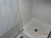 Moisissures dans la douche et au plafond, planchers de bois... (Photo courtoisie) - image 4.0