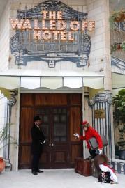 L'hôtel Walled-Off est à l'image de l'oeuvre de... (PHOTO Thomas COEX, AFP) - image 1.1