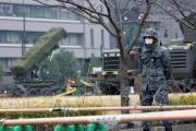 Un soldat japonais se tient près d'un système... (AP) - image 2.0