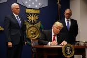 Donald Trump signant le premier décret, le 27... (REUTERS) - image 2.0