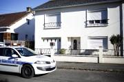 Une voiture de police est stationnée devant la... (AP) - image 2.0