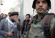 Deux hommes pleurent la mort d'un ou des... (AP, Rahmat Gul) - image 2.0