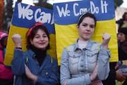 Deux femmes participent à une marche pour l'égalité... (AFP) - image 4.0