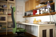 La grande table de travail dans le bureau... (Mathieu Marchand) - image 4.0