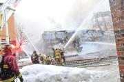 Les sapeurs ont arrosé les bâtiments environnants afin... (Photo Le Quotidien, Gimmy Desbiens) - image 1.1