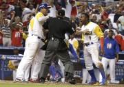 Les joueurs de la Colombie argumentent avec l'arbitre... (AP, Lynne Sladky) - image 3.0
