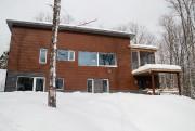 Le chalet est composé de deux logements superposés... (PHOTO ALAIN ROBERGE, LA PRESSE) - image 3.0
