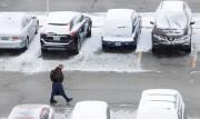 Lundi matin, la neige a recouvert des voitures... (REUTERS) - image 2.0