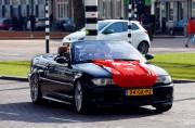 Une voiture parée du drapeau turc circule dans... (REUTERS) - image 2.0
