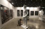 Une employée termine l'installation d'une statue à la... (AFP, Karim Sahib) - image 2.0