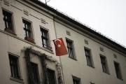 Un drapeau turc est accroché sur la fenêtre... (AP) - image 3.0