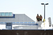 Les pompiers sont intervenus sur le toit du... (PHOTO BERNARD BRAULT, LA PRESSE) - image 1.0