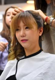 Hong Hye-Jin (So-Ah) alors qu'une coiffeuse lui fait... (AFP, Jung Yeon-Je) - image 2.0