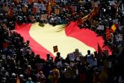 Des manifestants transportant un drapeau espagnol à Barcelone... (AFP, Pau Barrena) - image 3.0