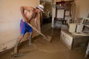 Cet habitant de Huarmey tente de dégager son... (AFP, Cris Bouroncle) - image 2.0