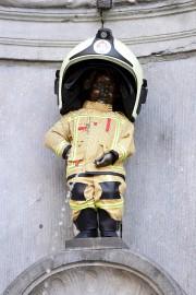 La célèbre statue du Manneken Pis était habillée... (AFP, Emmanuel Dunand) - image 3.0
