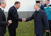 Oleg Deripaska et Vladimir Poutine se serrent la... (AP) - image 2.0