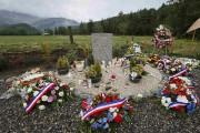 Des couronnes de fleurs déposées à quelques kilomètres... (PHOTO Robert Pratta, ARCHIVES REUTERS) - image 1.1