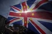 Des manifestants ont décoré un drapeau britannique avec... (AFP, Daniel LEAL-OLIVAS) - image 3.0