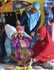 La petite Salsa Djafar durant la cérémonie de... (AFP, Bay Ismoyo) - image 2.0
